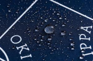 全て手縫いで作っているため、見た目以上に丈夫です。撥水加工されているので、万が一の雨でも荷物を守ります。
